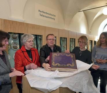 Landrätin übergibt das Vorlagenbuch der Kerßenbrockschen Tellersammlung an die Lutherstadt Eisleben