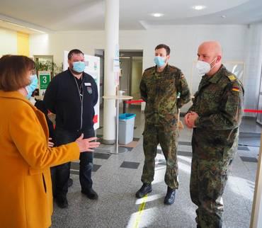 Fregattenkapitän der Bundeswehr besucht Impfzentrum in Sangerhausen