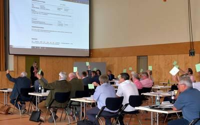 Die Mitglieder des Kreistages bei einer Abstimmung. ©Landkreis Mansfeld-Südharz/U. Gajowski