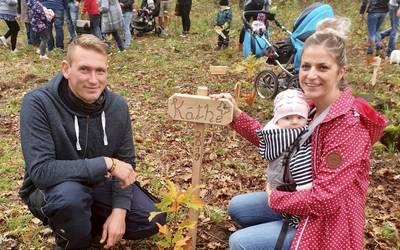Kathleen Kraus und Marcus Hübner haben für Ihre Tochter Käthe einen Baum gepflanzt. ©Landkreis Mansfeld-Südharz