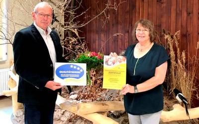 Christiane Funke, Leiterin des Biosphärenreservates Karstlandschaft Südharz, nahm das Zertifikat entgegen. ©Kreisseniorenrat Mansfeld-Südharz/Karina Kaiser
