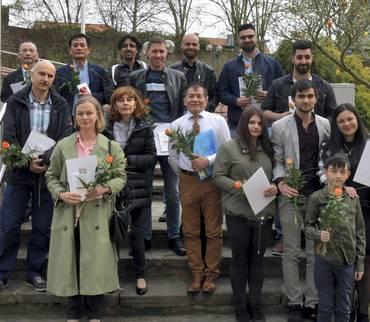 15 Männer, Frauen und Kinder legten das Gelöbnis auf das Grundgesetz ab
