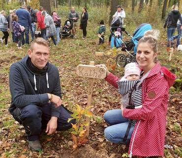140 Roteichen für den Generationenwald gepflanzt