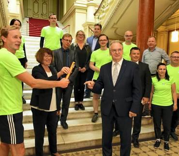 Ministerpräsident empfängt Läuferstaffel aus dem Landkreis
