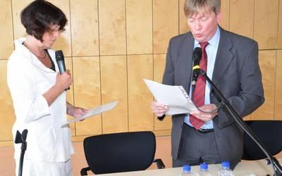 Beim zuvor neu gewählten Kreistagsvorsitzenden Norbert Born (SPD)  legte Dr. Angelika Klein (Die LINKE) ihren Amtseid als Landrätin ab. Foto: Landkreis Mansfeld-Südharz/U. Gajowski