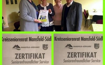 Karina Kaiser, Vorsitzende des Kreisseniorenrates Mansfeld-Südharz, übergibt die Zertifikate.