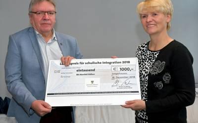 Schulleiterin Ines Storch nahm das Preisgeld in Höhe von 1.000 Euro in Form eines symbolischen Schecks aus den Händen von Bodo Zeymer, Referatsleiter im Bildungsministerium Sachsen-Anhalt, entgegen.