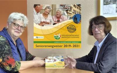 Kreisseniorenrat übergibt Seniorenwegweiser Mansfeld-Südharz 2019-2021
