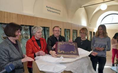 Landrätin Dr. Angelika Klein übergibt das Vorlagenbuch. Foto: Landkreis Mansfeld-Südharz/U. Gajowski