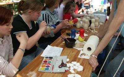Kinder beim Malen und Basteln